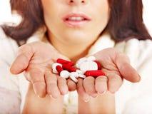 La mujer joven que tiene gripe toma píldoras. Imagen de archivo libre de regalías