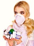 La mujer joven que tiene gripe toma píldoras. Foto de archivo
