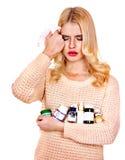 La mujer joven que tiene gripe toma píldoras. Foto de archivo libre de regalías