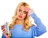 La mujer joven que tiene gripe toma píldoras Fotos de archivo