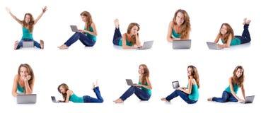 La mujer joven que trabaja en el ordenador portátil Imagen de archivo