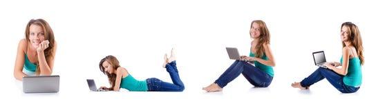 La mujer joven que trabaja en el ordenador portátil Imagen de archivo libre de regalías
