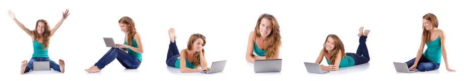 La mujer joven que trabaja en el ordenador portátil Foto de archivo