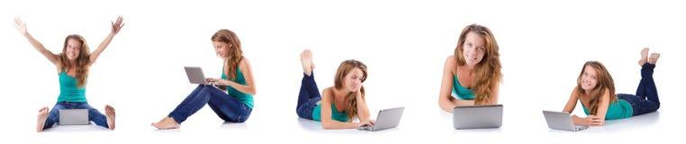 La mujer joven que trabaja en el ordenador portátil Fotografía de archivo libre de regalías