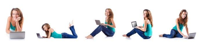 La mujer joven que trabaja en el ordenador portátil Foto de archivo libre de regalías