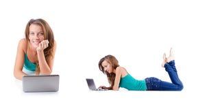 La mujer joven que trabaja en el ordenador portátil Fotos de archivo