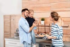 La mujer joven que trataba a su familia con el horno hecho en casa coci? las galletas fotografía de archivo