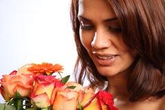 La mujer joven recibe el manojo de flores hermoso Foto de archivo libre de regalías