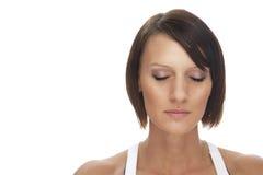 La mujer joven relaxed hermosa con sus ojos se cerró Fotos de archivo