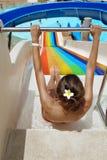 La mujer joven resbala abajo en el parque del agua Imagen de archivo