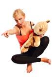 Muchacha rubia joven hermosa con el oso de la felpa Imagen de archivo