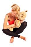 Muchacha rubia joven hermosa con el oso de la felpa Fotografía de archivo