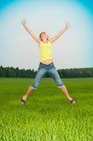 La mujer joven salta imagen de archivo libre de regalías