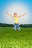 La mujer joven salta fotos de archivo