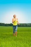 La mujer joven salta fotografía de archivo libre de regalías