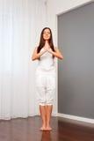 La mujer joven sana meditate foto de archivo libre de regalías