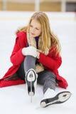 La mujer joven se cayó abajo en pista de patinaje fotos de archivo