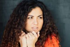 La mujer joven se preocup? ansiedad en cuesti?n del miedo fotografía de archivo libre de regalías