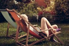 La mujer joven se relaja al aire libre Fotografía de archivo