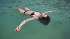 La mujer joven se relaja como una estrella de mar metrajes