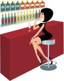 La mujer joven se sienta en un contador de la barra Imagen de archivo libre de regalías