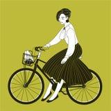 La mujer joven se vistió en la ropa elegante que montaba la bici de la ciudad dibujada con las líneas de contorno en fondo amaril stock de ilustración