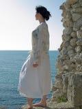 La mujer joven sola mira en el mar Foto de archivo libre de regalías