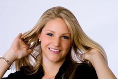 La mujer joven sonríe en la cámara. Fotos de archivo