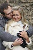 La mujer joven sonríe en los brazos de su novio Foto de archivo