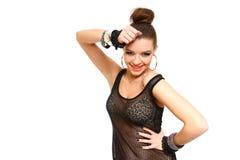 La mujer joven sonriente atractiva que tocaba su cabeza con las manos aisló o Fotos de archivo libres de regalías
