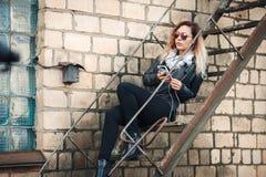 La Joven Sonriente De En Sol Chaqueta Gafas Mujer Una Cuero rB5CqnRwrE