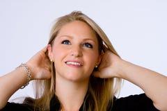 La mujer joven sonriente mira para arriba. Fotos de archivo libres de regalías