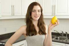 La mujer joven sostiene el limón Fotografía de archivo