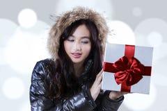 La mujer joven sostiene una caja de regalo Imagenes de archivo