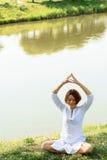 La mujer joven tiene meditación de la mañana en el lugar pintoresco Foto de archivo
