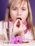 La mujer joven tiene una fiebre Imagenes de archivo