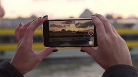 La mujer joven tira pasado de la navegación del barco de vapor en Estambul almacen de video