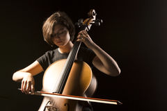 La mujer joven toca el violoncelo Foto de archivo libre de regalías