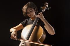 La mujer joven toca el violoncelo Imagen de archivo