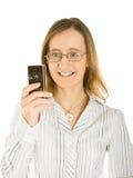 La mujer joven toma el cuadro de su móvil Foto de archivo