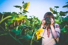 La mujer joven toma la foto Imágenes de archivo libres de regalías