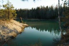 La mujer joven toma las fotos del viaje - lago hermoso de la turquesa en los colores del estilo de Letonia - de Meditirenian en l fotos de archivo