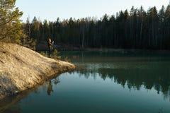 La mujer joven toma las fotos del viaje - lago hermoso de la turquesa en los colores del estilo de Letonia - de Meditirenian en l foto de archivo libre de regalías