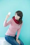 La mujer joven toma un selfie Fotografía de archivo