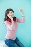 La mujer joven toma un selfie Imagenes de archivo