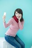 La mujer joven toma un selfie Foto de archivo libre de regalías
