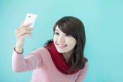 La mujer joven toma un selfie Fotos de archivo