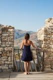 La mujer joven tomada de detrás verano azul casual vestido viste imagen de archivo