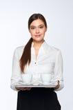 La mujer joven trae el café imagen de archivo libre de regalías
