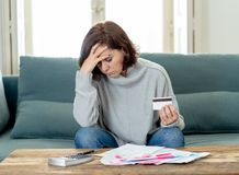 La mujer joven trastornada subrayó sobre deudas de la tarjeta de crédito y finanzas que consideraban no felices de los pagos imagenes de archivo